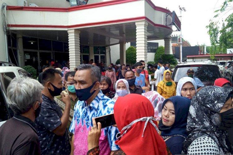 Emak-emak Demo Kantor DPRD Padang, Protes Zonasi Sekolah