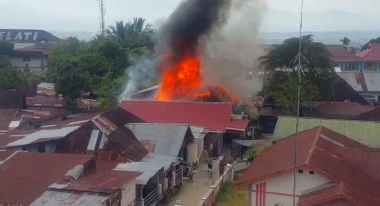 Warga Panik, Satu Rumah Terbakar Hebat di Sungaipenuh-Jambi