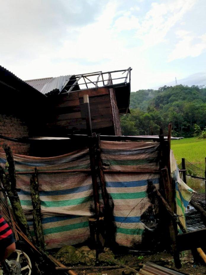 Dihantam Badai, Rumah Warga di Pengasi Lama Kerinci Rusak Parah