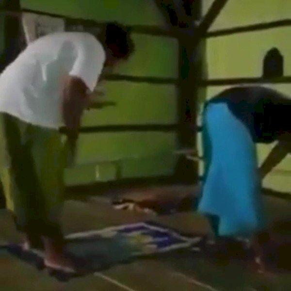 Video Sholat Berjemaah Sambil Main HP, Benarkah Lakukan Penistaan Agama?