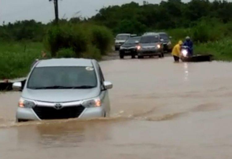 Jalan Provinsi di Kumpeh Muarojambi Terendam Banjir, Roda Dua Tak Bisa Lewat
