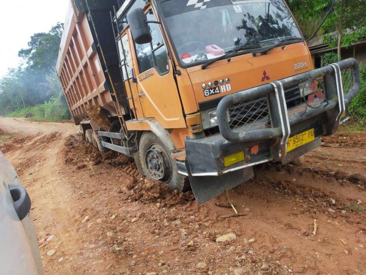 Mobil PT Dwikarsa Mandiri Utama Rusak Jalan Mentawak- Tabir Ulu, Warga: Benari Dak Mau