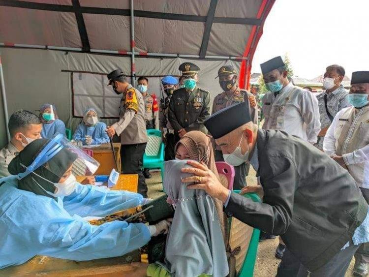 Usai Virtual Bersama Panglima TNI dan Kapolri, Bupati Kerinci Lanjut Pantau Pelaksanaan Vaksinasi