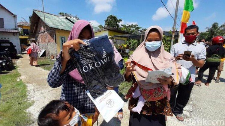 Kunker ke Desa Tritih Lor Cilacap, Jokowi Bagi-bagi Masker dan Kaus, Warga: Nggak Nyangka!