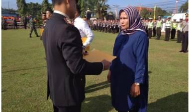 Selamatkan Anak dari Cengkraman Buaya, Ibu Ini Dapat Penghargaan dari Polres Tanjung Jabung Timur