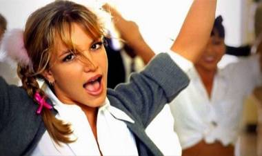 "Britney Spears Rayakan 20 Tahun ALBUM ""BABY ONE MORE TIME"""