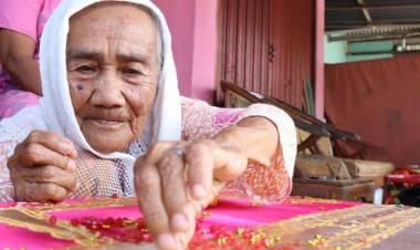 Usia Boleh Tua Nenek Nuraya Aktif Menyulam Pakaian Pengantin Minang