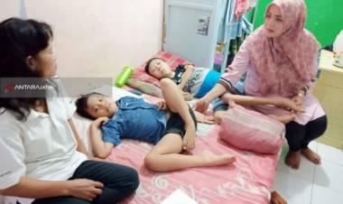 """Kakak Beradik di Surabaya Ini Menderita Penyakit Langka """"Distrofi Otot"""""""