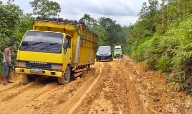 Angkutan PT BKS Sinar Mas Grup Picu Kerusakan Parah Jalan Air Hitam Sarolangun