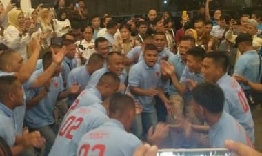 Yel-yel Pendukung Riuh di Luar Loby Hotel Sultan