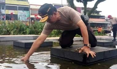 Terkesan Tak Terurus, Kapolda Jambi Bersihkan Sendiri Sampah di Tugu Juang