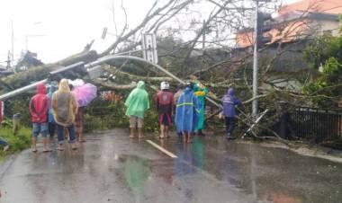 Tenda Pernikahan Porak-poranda Dihantam Angin Kencang dan Hujan