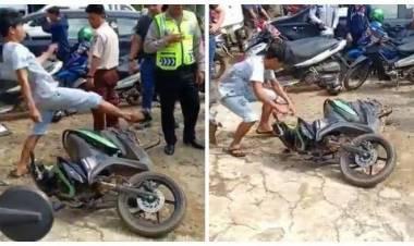 Viral, Pemuda Ini Mengamuk Preteli Motornya di Depan Polisi