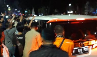 Prabowo Keluar dari Rumah Aspirasi, Pendukung: Prabowo Presiden!