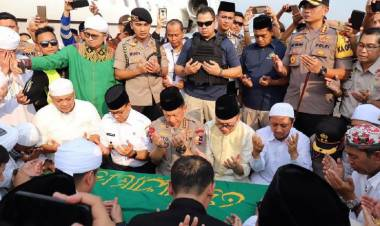Ustadz Arifin Ilham Dimakamkan Dekat Pohon Kedondong