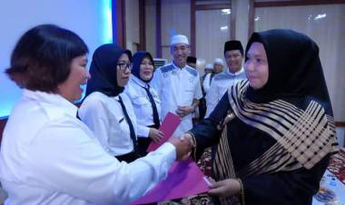Bupati Muarojambi Masnah Serahkan 31 SK CPNS Bidan PTT