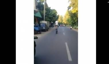 Polisi Selidiki Pengendara Atraksi di Jalan Raya Berdiri di Atas Motor Viral