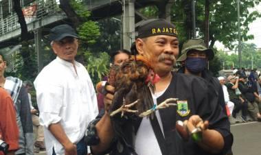 Aksi Debus Jawara Banten Hibur Pendemo di Patung Kuda