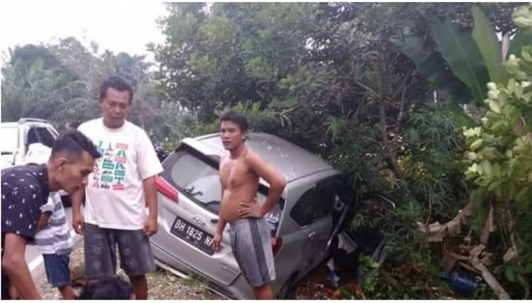 Mobil Numbur Pohon di Tembesi, Satu Penumpang Dilarikan ke RSUD Hamba Bulian