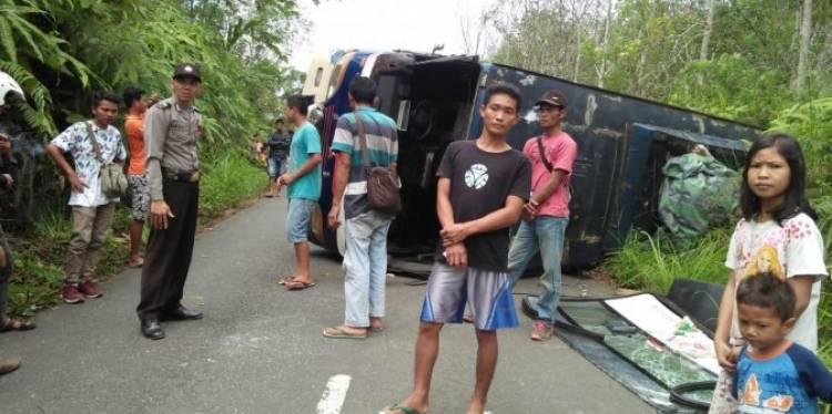 Hindari Mobil, Bus Membawa Penumpang Terguling Daerah Merangin