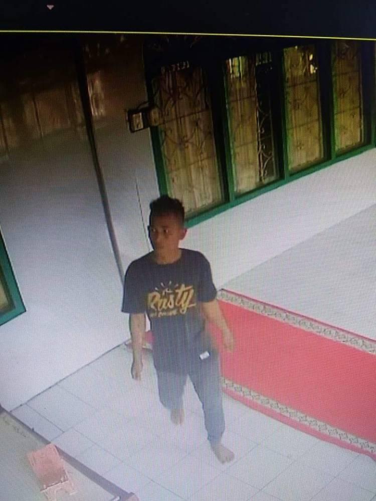Viral! Pelaku Pencurian Kotak Amal Masjid Tertangkap Kamera CCTV