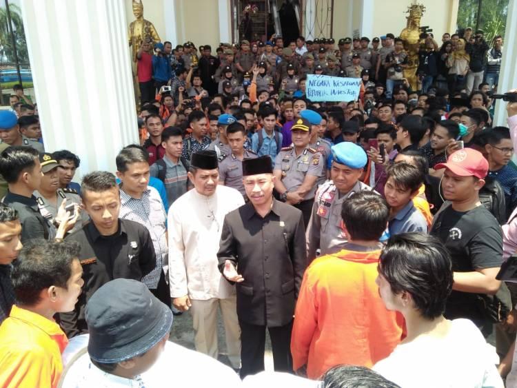 Aksi Tuntut Jokowi Mundur, Mahasiswa Jambi Sempat Dorong-dorongan dengan Aparat
