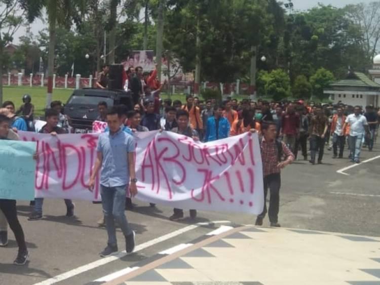 Geruduk Kantor DPRD, Mahasiswa Jambi Tuntut Jokowi-JK Cabut Perpres Tenaga Kerja Asing