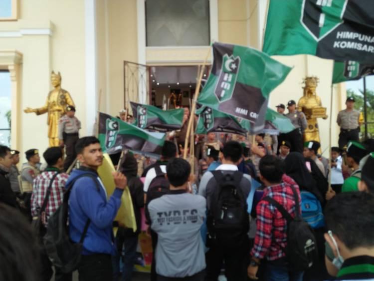 Aksi di Gedung DPRD Aktivis HMI Jambi Tolak Putusan MA Perbolehkan Eks Narapidana Korupsi Nyaleg
