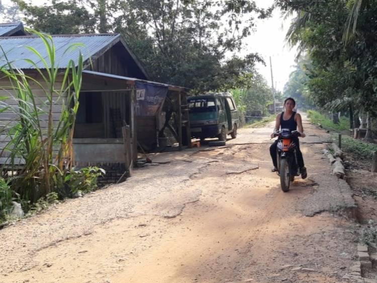 Lapor Pak Bupati Syahirsah! Warga Keluhkan Jalan Desa Rambutan Masam Hancur