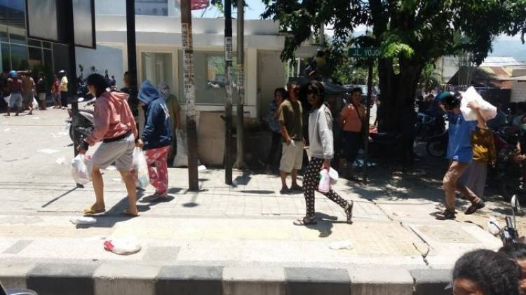 TNI dan Polri Kawal Pendistribusian Bantuan Makanan dan Minuman Korban Gempa