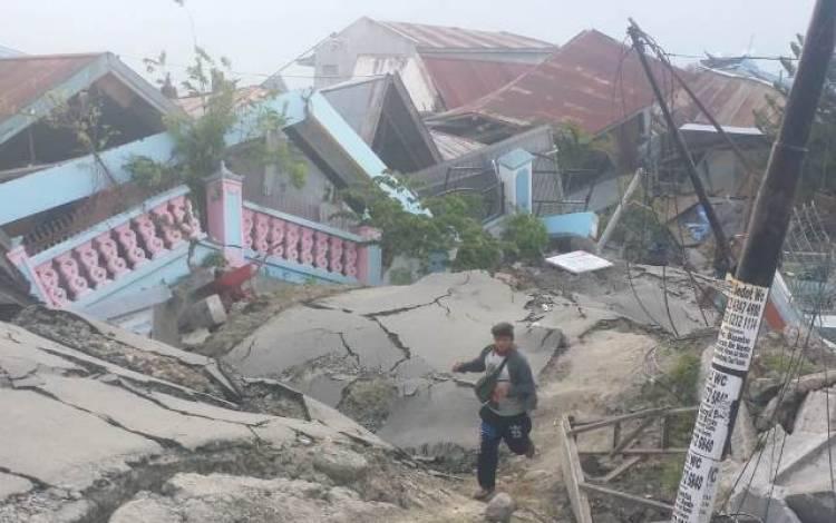 Relawan Ini Menangis saat Temukan Jenazah Ibu Peluk Anaknya di Antara Reruntuhan Gempa Palu