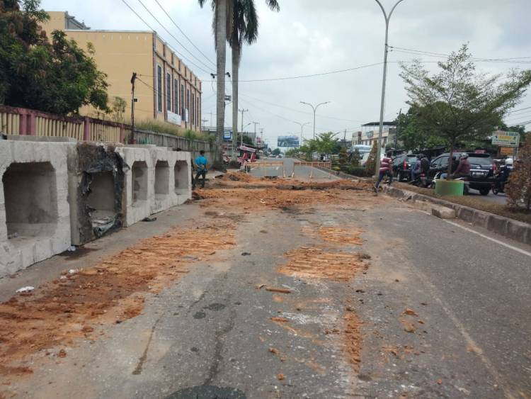 Banjir dan Macet, Warga Minta Hentikan Sementara Pembangunan Drainase Pattimura