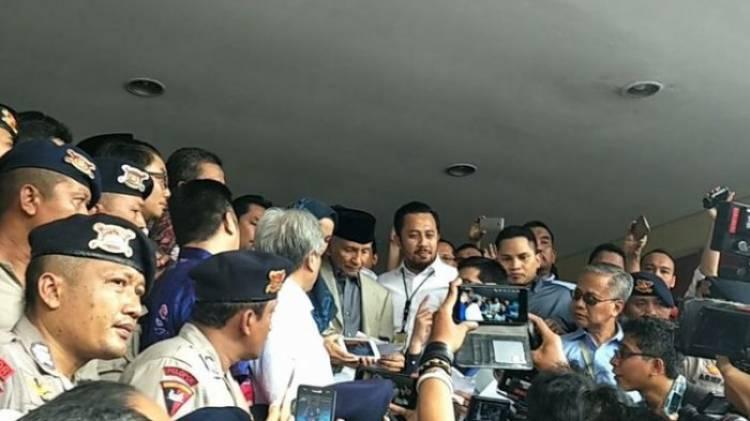 Massa Alumni 212 Pengawal Amien Rais Salat Berjamaah di Polda Metro Jaya