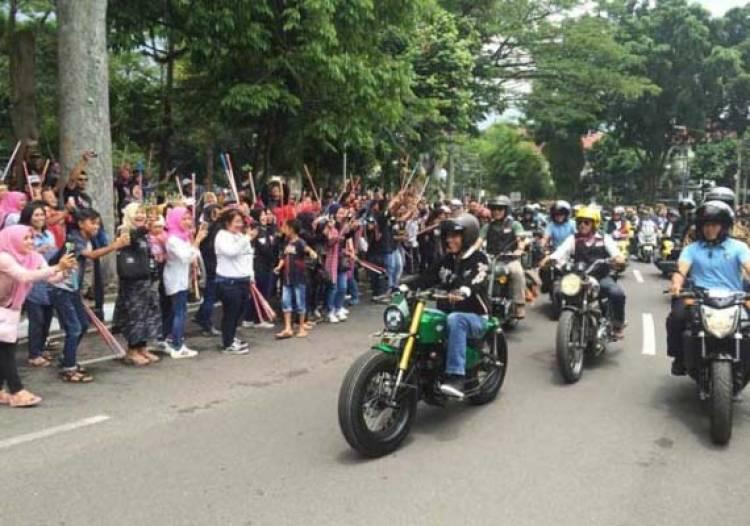Tunggangi Tracker W 175 Jokowi Pimpin Bikers Brotherhood ke Braga