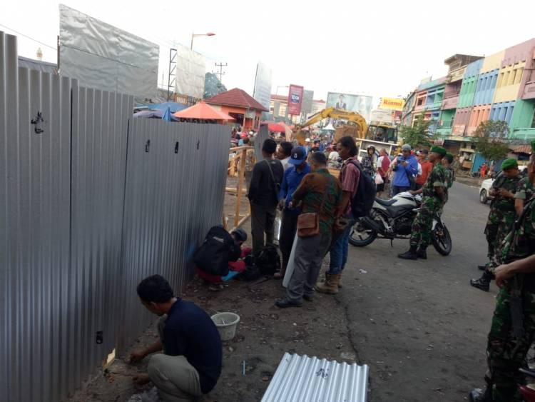 Listrik Diputus, Puluhan Aparat Kawal Pemindahan Pedagang ke Angso Duo Baru