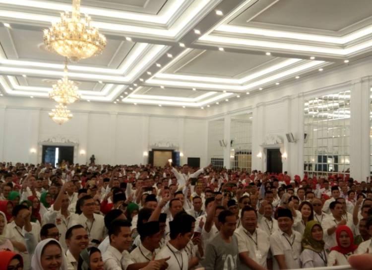 Simpatisan Berebut Jabat Tangan Jokowi
