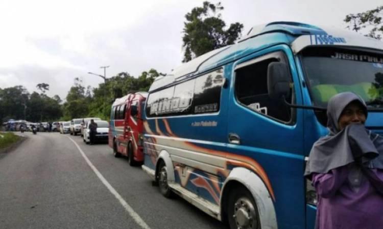 Jalan Padang-Jambi Kembali Macet 7 Kilometer, Ini Penyebabnya…