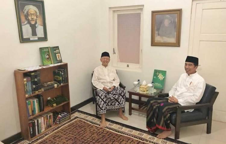 Sarungan, Jokowi Berdiskusi Dengan Gus Sholah di Ruang Bersejarah