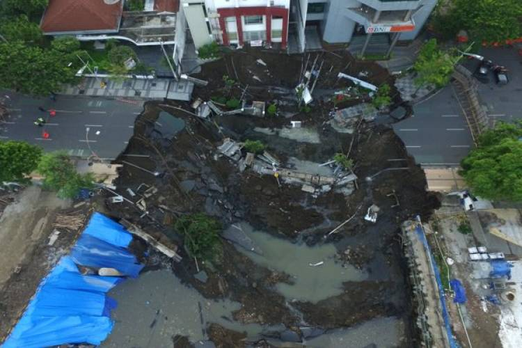 Pembangunan Basement RS Siloam Diduga Akibatkan Jalan Ambles