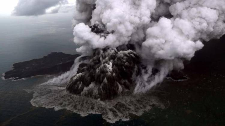 Asap Kawah Hitam, Gunung Anak Krakatau Tetap Berstatus Waspada