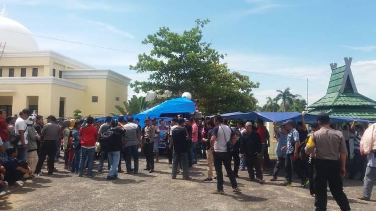 Memanas!!! Warga 12 Desa Sarolangun Blokir Kantor Bupati