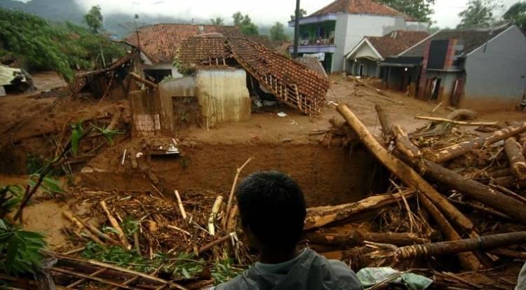 MENGERIKAN! Puluhan Rumah Tertimbun Longsor di Sukabumi