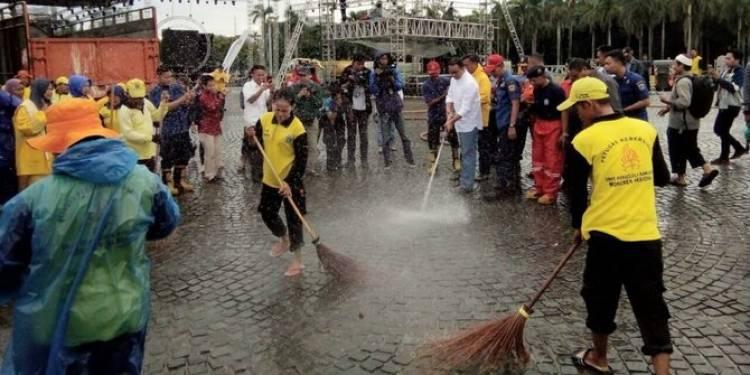 Gubernur Anies Ikut Bersihkan Kawasan Monas dari Bekas Sampah Perayaan Tahun Baru