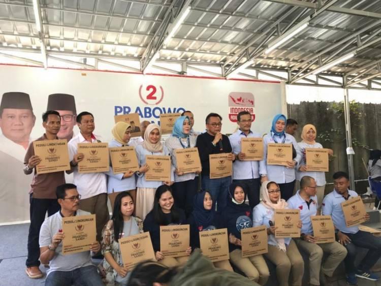 Bagikan Tas Kertas, Prabowo-Sandi Peduli Lingkungan