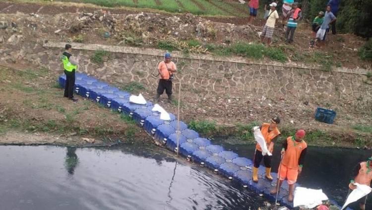 Biadab! Mayat Bayi Diduga Dibuang di Kali Kosambi Jakarta Barat