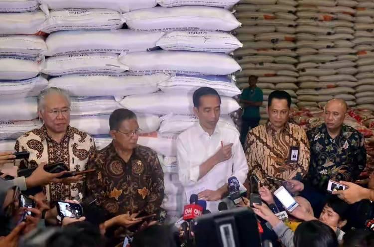 Tinjau Stok Beras Bulog, Jokowi: Kemarin Saya Cek Turun Rp50 Perkilo