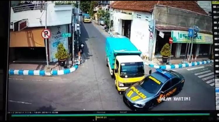 Mobil Polisi Ditabrak Truk, APN Salahkan Polisi