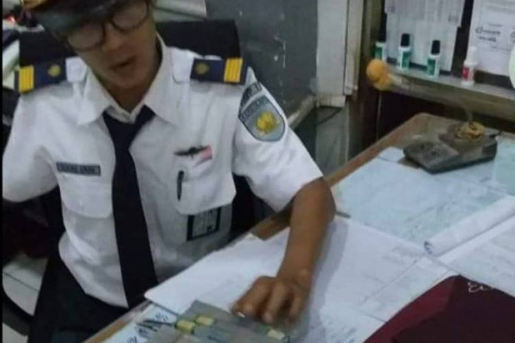 Petugas KCL Temukan Tas Berisi Uang Rp40 Juta di KRL