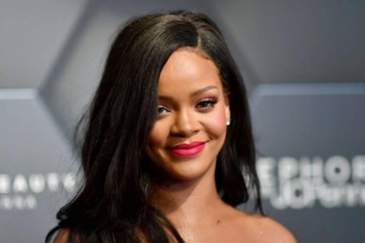 Gara-gara Merek Fenty Rihanna Gugat Ayahnya