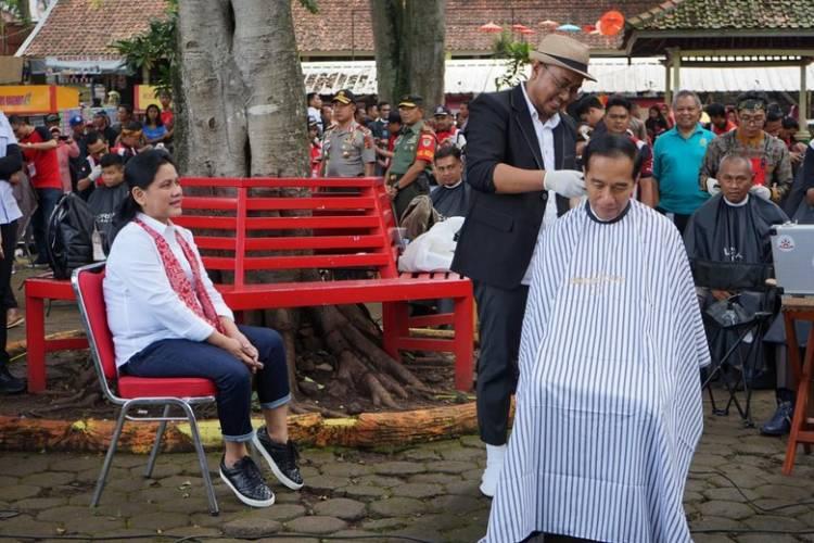 Iriana Dampingi Jokowi Potong Rambut di Tukang Cukur Asli Garut